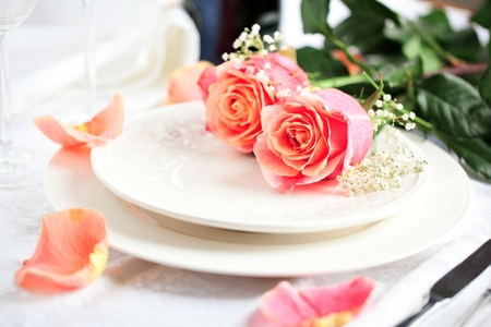 Table setting for valentines day with roses Text in German Valentinsday DATE