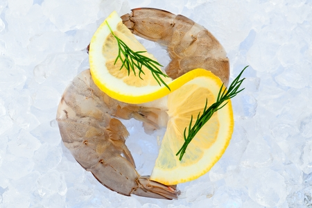 Photo gros plan de grande taille de crevettes crues congelées avec queue enlevée