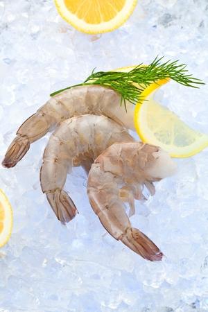 Photo gros plan de grande taille de crevettes crues congelées avec queue enlevée Banque d'images