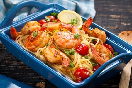 Gebratene Spaghetti mit gegrillten Garnelen und Tomaten - italienische Fusion-Food-Art