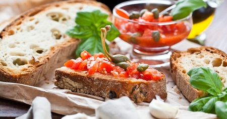 Italian cooking concept. Bruschettas with pesto, tomatoes Banque d'images