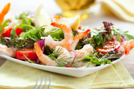 Prawn salad. Simple and healthy salad of shrimp, mixed greens and tomatoes. 版權商用圖片