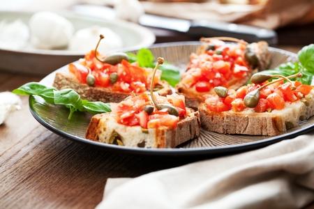 Concept de cuisine italienne. Bruschettas au pesto, tomates