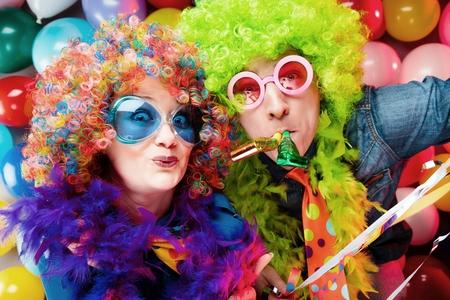 Mujeres y hombres celebrando en la fiesta de fin de año o carnaval. Foto de archivo