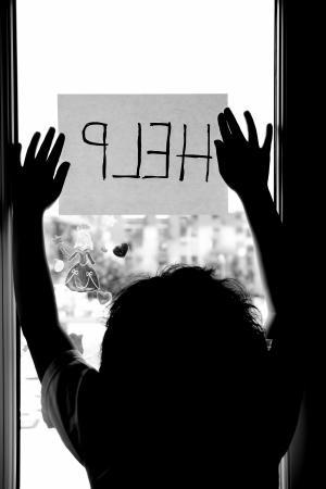 Huishoudelijke en gezinstaken geweld meisje vragen om hulp Stockfoto