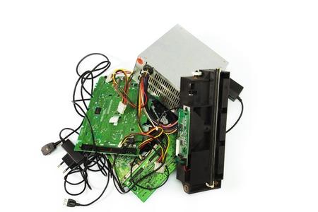 Elektronikschrott bereit für das Recycling. Alte Computer-Teile auf weiß.