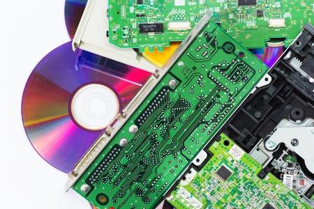 redes electricas: Pila de los desechos electrónicos. Partes de computadoras viejas en blanco. Foto de archivo