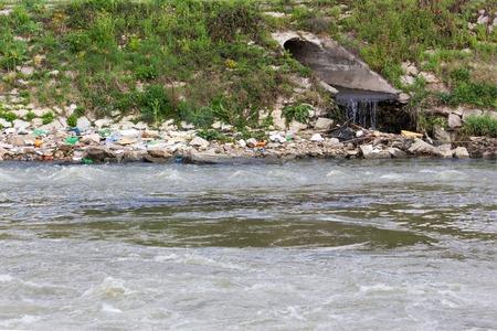 contaminacion del agua: Contaminaci�n del Agua. La contaminaci�n qu�mica y biol�gica. Eco de Desastres. Foto de archivo