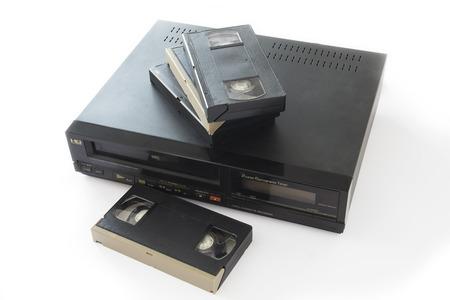 videocassette: Videos del Antiguo depósitos en la grabadora de vídeo viejo aislado en el fondo blanco.