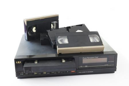 videocassette: Videos del Antiguo dep�sitos en la grabadora de v�deo viejo aislado en el fondo blanco.