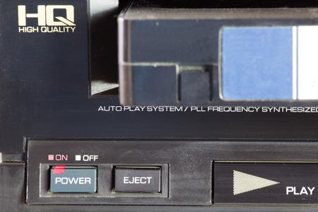 videocassette: Viejo VHS cintas de vídeo y grabadora de vídeo viejo. De cerca.