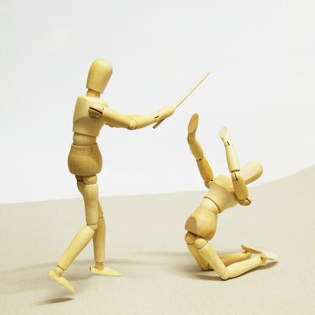 marioneta de madera: Muñecas de madera en concepto de agresión y dominación.