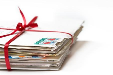 sobres para carta: Pila de cartas de amor con una cinta roja Foto de archivo