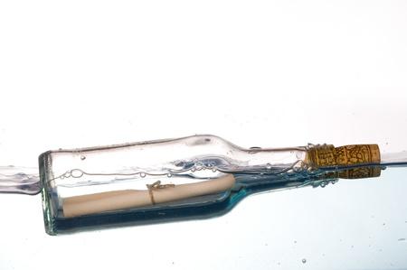 corcho: Mensaje en una botella flotando en el agua Foto de archivo