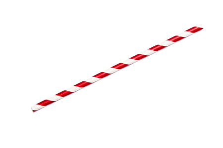 Een enkele rode rietje in retro stijl met rode en witte strepen op een witte achtergrond