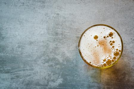 vasos de cerveza: Vaso de cerveza en una mesa de concreto