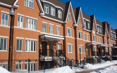 Winter scene van nieuwe bakstenen huizen Stockfoto