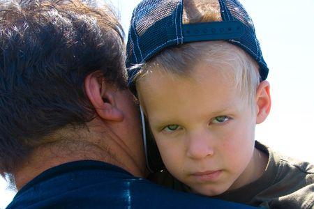 Moe kind, boos met zijn ouders Stockfoto
