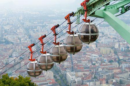 Kabel banen naar Grenoble van Fort - la Bastille Stockfoto