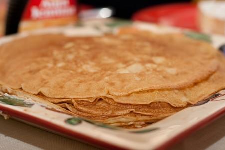Traditionele Russische blini, geserveerd in een week van maslenitza