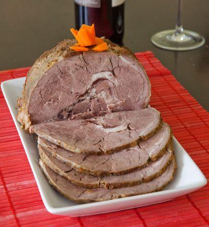 Home made gebraden kalfs vlees, snij- en server met wijn  Stockfoto