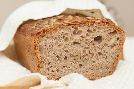 Zuurdesem zelfgebakken volkoren brood.