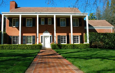 residential neighborhood: Hogar costoso en una vecindad residencial