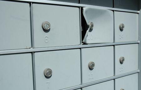 najechać: Uszkodzony poczty przez złodziei rozbity na