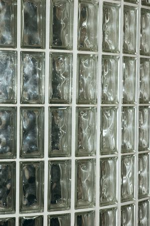 glass brick: Closeup di un muro di mattoni in vetro all'interno di un edificio