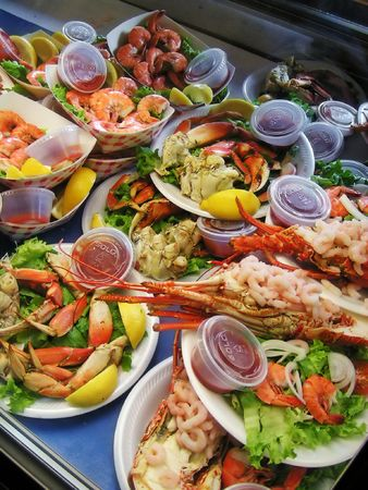 wharf: Shrimp, crab and lobster meals at an outdoor market, Fishermans Wharf, San Francisco Stock Photo