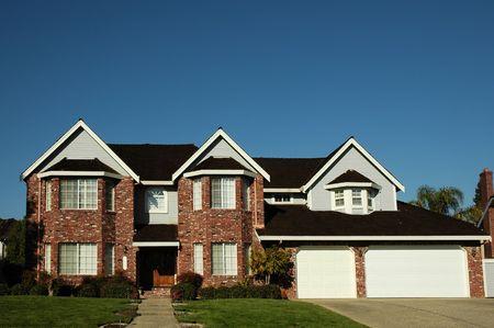 residential neighborhood: Solo hogar brandnew de la familia situado en una vecindad residencial