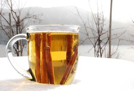 雪に覆われた冬の屋外のホットアップル サイダー 1 杯 写真素材