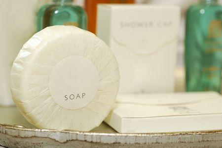 artigos de higiene pessoal: Soap and other toiletries in a hotel bathroom