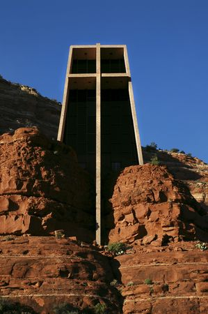 Capilla de la Santa Cruz en Sedona, Arizona. Diseñado en 1956 por Marguerite Brunswig Staude, un alumno de Frank Lloyd Wright.  Foto de archivo - 865503