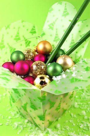 ライム グリーンの背景には箸のテイクアウト食品容器内のクリスマスの装飾 写真素材