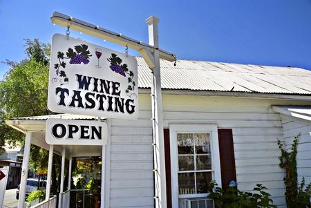 ワインの試飲のショップやアマドール郡、カリフォルニア州の小さな町でサイン 写真素材