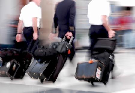 パイロットは空港を通って急いでモーションで