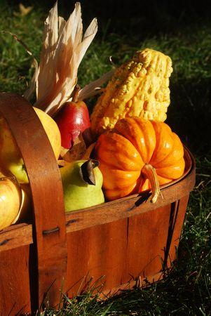 ヴィンテージの木製フルーツ バスケットいっぱい太陽の下で秋の果物や野菜の屋外で