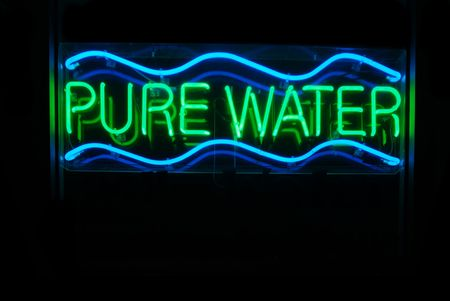 iluminated: Iluminated agua pura letrero de ne�n sobre fondo negro