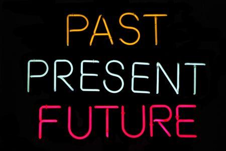 psychisch: Verleden, heden, toekomst neon teken op zwart