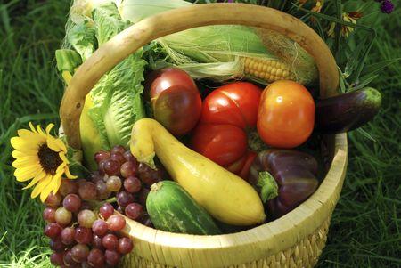 枝編み細工品バスケット果物、野菜、庭から新鮮な花でいっぱい