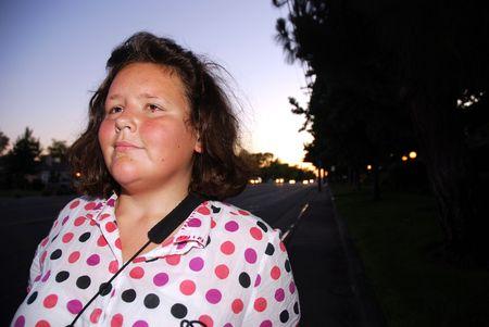 Jonge blinde vrouw op een stoep na zonsondergang Stockfoto