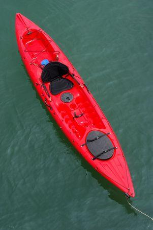 ocean kayak: Un mar rojo kayak atrac� en el oc�ano