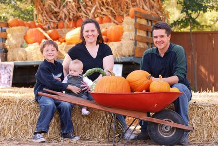 Portrait of a family of four at a pumpkin patch in autumn Standard-Bild