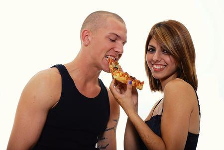 ピザのスライスを共有若いカップル