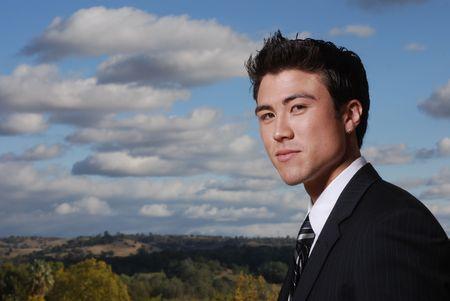 カリフォルニア州の風景の前に立っている若い異人種間実業家 写真素材