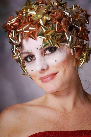 bow hair: Mujer usando arcos de Navidad en el pelo con el maquillaje