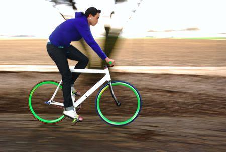 若い男性サイクリストの彼の固定ギアの自転車の競争