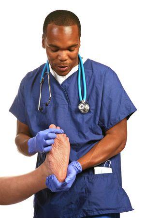 plantar: Junge m�nnliche Afroamerikaner medizinischen Fachmann �berpr�fen des weiblichen Patienten Plattfu�  Lizenzfreie Bilder