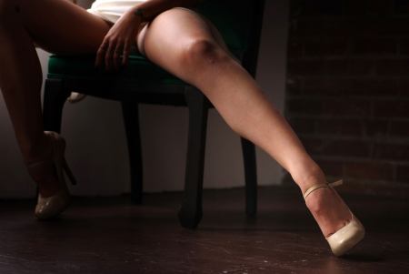 Mujer sentada en la silla con las piernas abiertas propagaci�n Foto de archivo - 4914474